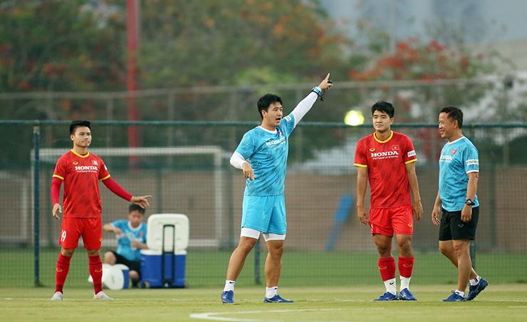 """HLV Park Hang Seo truyền """"bí kíp"""" cho Quang Hải trước trận gặp UAE - 3"""