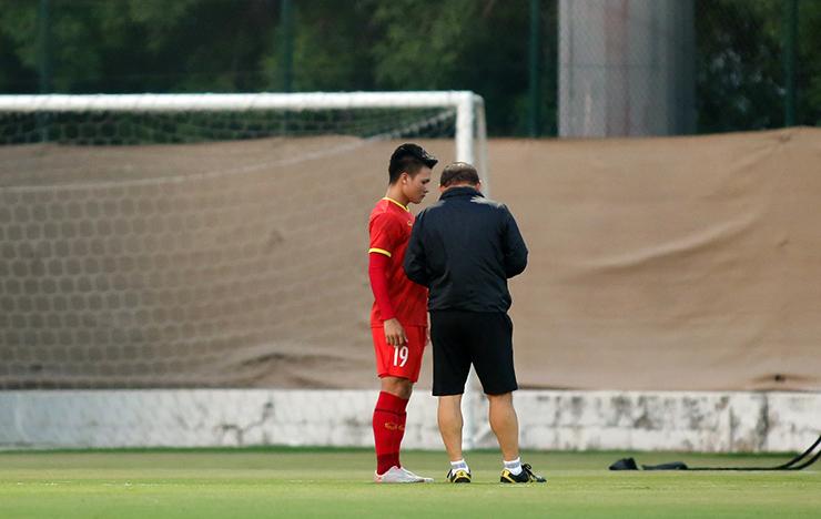 """HLV Park Hang Seo truyền """"bí kíp"""" cho Quang Hải trước trận gặp UAE - 4"""