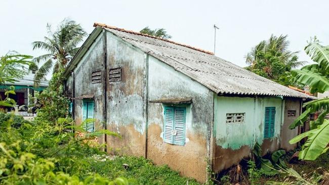 Lớp tường đã ố màu, bong tróc xuống cấp trầm trọng khiến nhiều người hâm mộ thương cảm cho Hồ Văn Cường.