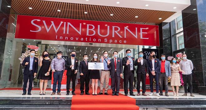 Lễ trao biển khánh thành Swinburne Innovation Space