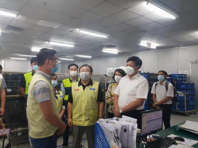 """Thứ trưởng Bộ Y tế liên tục """"truy bài"""" khi kiểm tra thực tế phòng chống dịch ở Thái Nguyên - 3"""