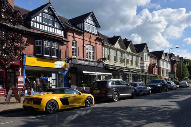 Siêu xe, xe sang đậu đầy lề đường tại ngôi làng của những triệu phú nước Anh - 1