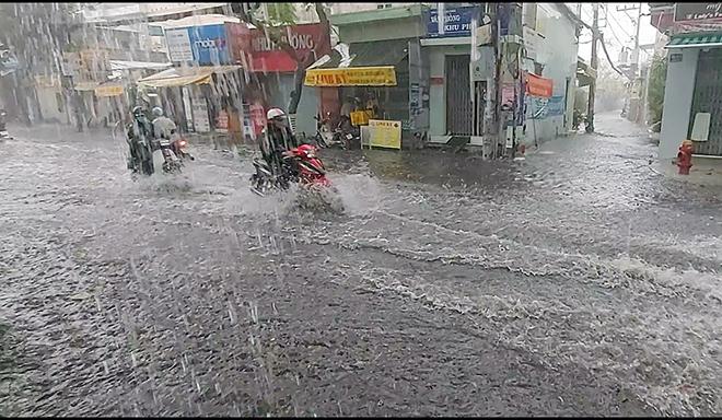 """Dự báo thời tiết Hà Nội: """"Mưa vàng"""" sắp xuất hiện chấm dứt nắng nóng kinh hoàng - hình ảnh 1"""