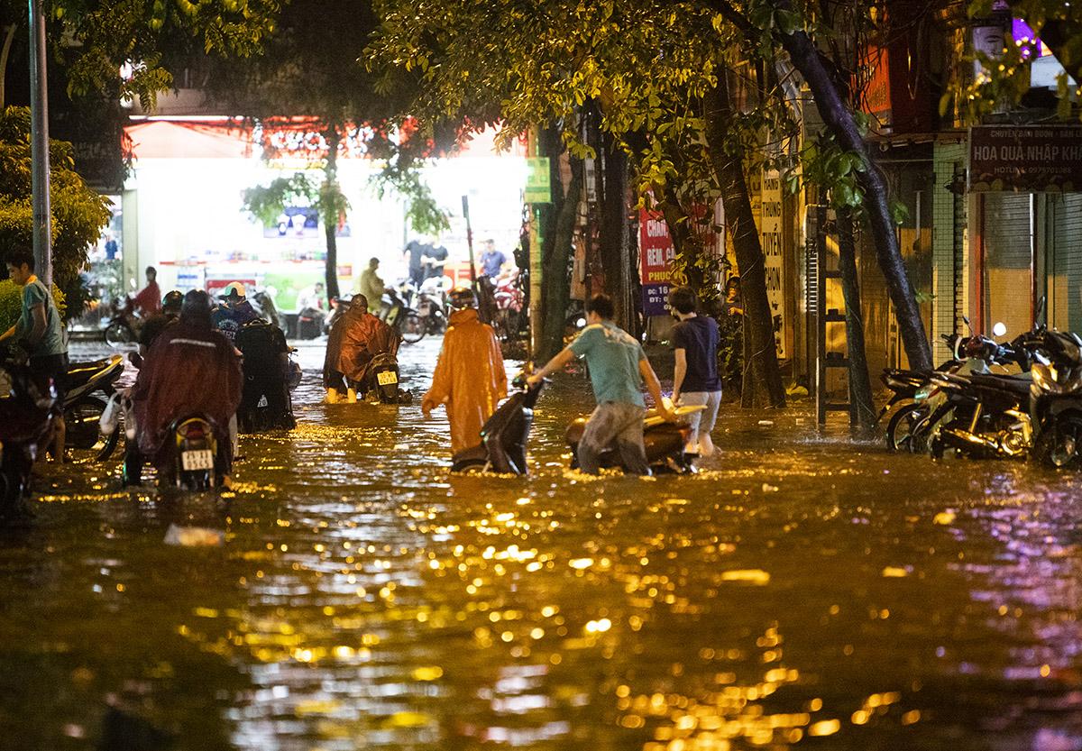 Ảnh: Đường phố Hà Nội ngập như sông sau cơn mưa giải nhiệt - 1