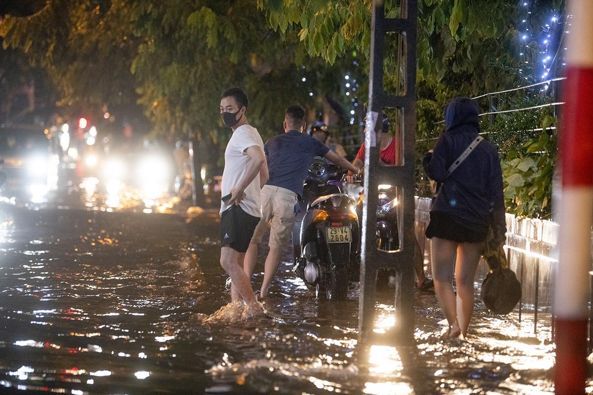 Ảnh: Đường phố Hà Nội ngập như sông sau cơn mưa giải nhiệt - 10