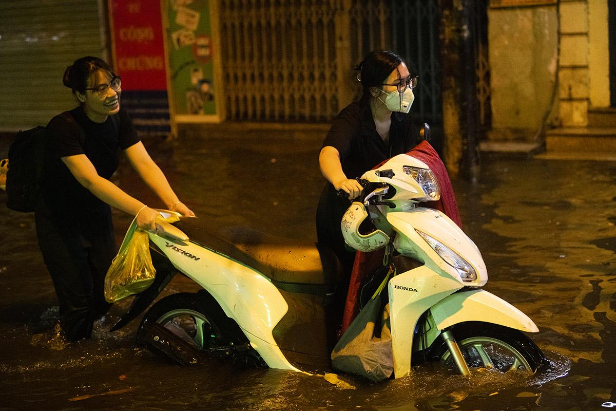 Ảnh: Đường phố Hà Nội ngập như sông sau cơn mưa giải nhiệt - 11