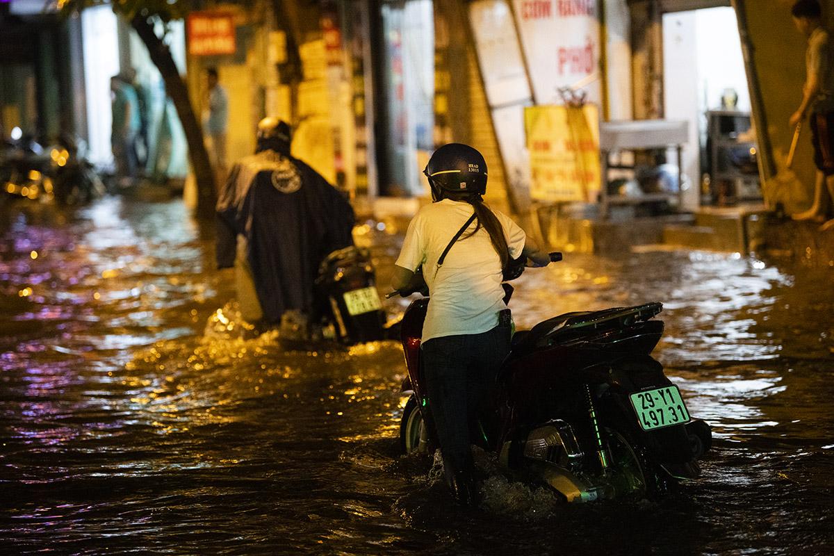 Ảnh: Đường phố Hà Nội ngập như sông sau cơn mưa giải nhiệt - 12