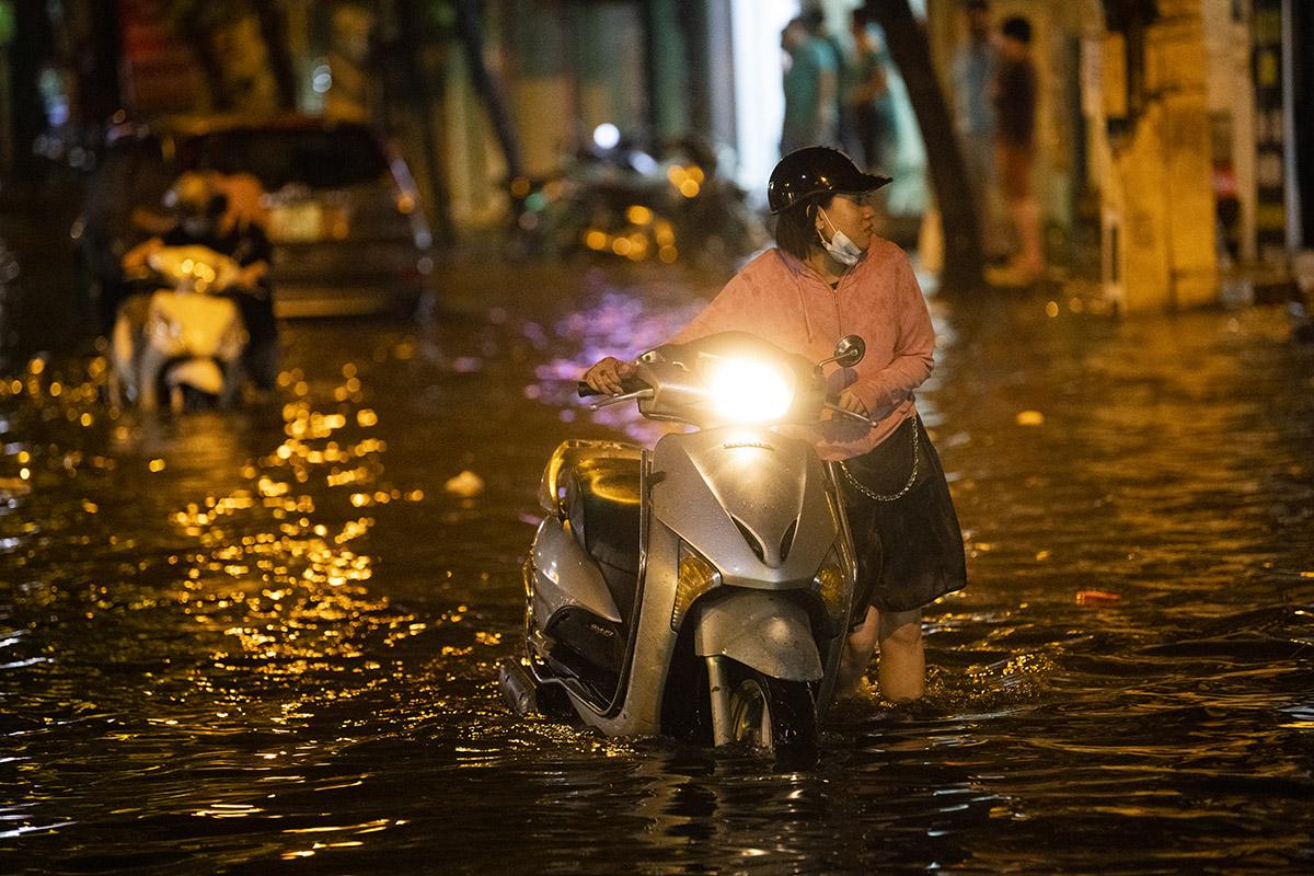 Ảnh: Đường phố Hà Nội ngập như sông sau cơn mưa giải nhiệt - 13