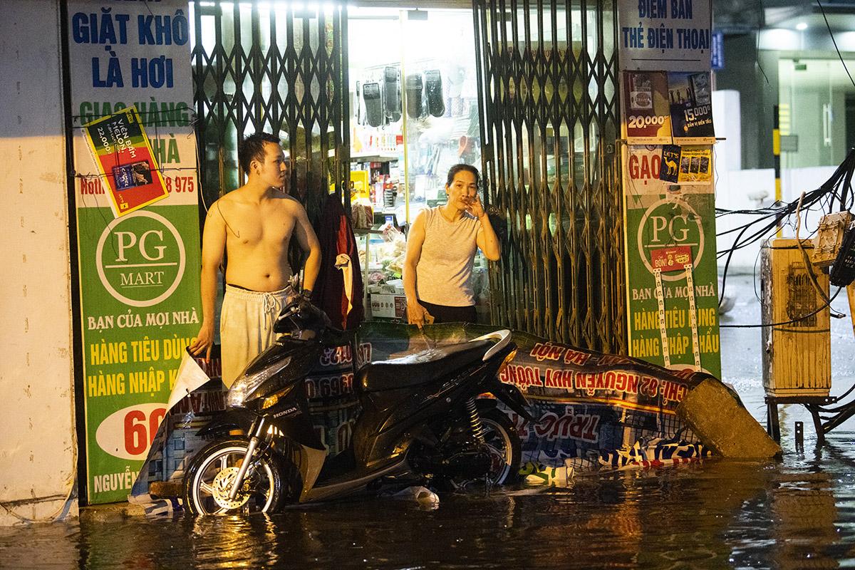 Ảnh: Đường phố Hà Nội ngập như sông sau cơn mưa giải nhiệt - 15