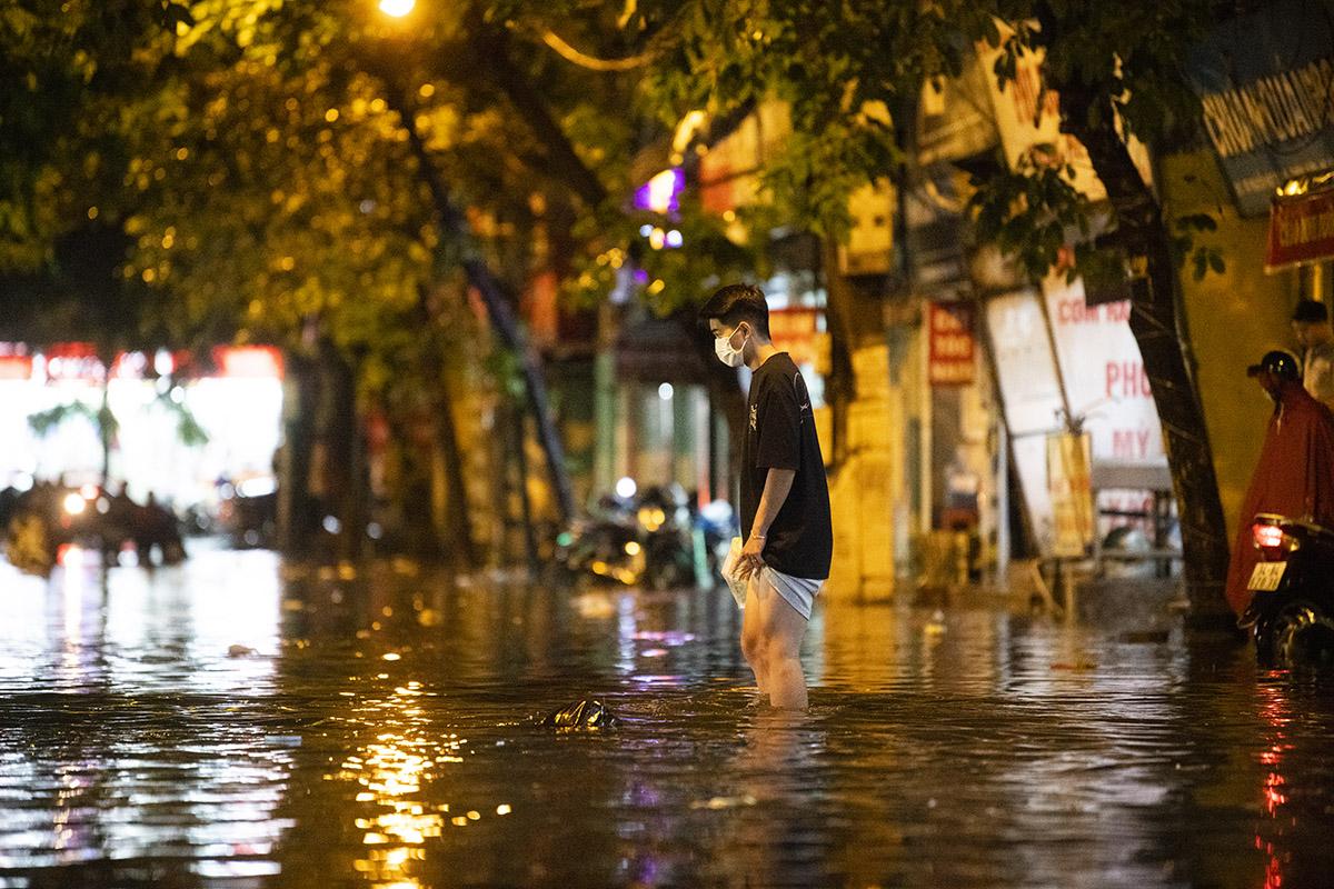 Ảnh: Đường phố Hà Nội ngập như sông sau cơn mưa giải nhiệt - 16