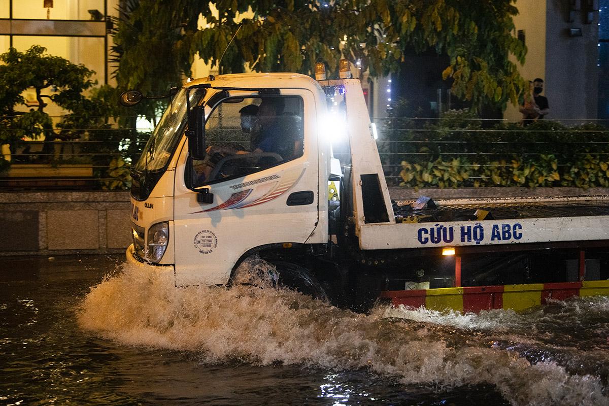 Ảnh: Đường phố Hà Nội ngập như sông sau cơn mưa giải nhiệt - 17
