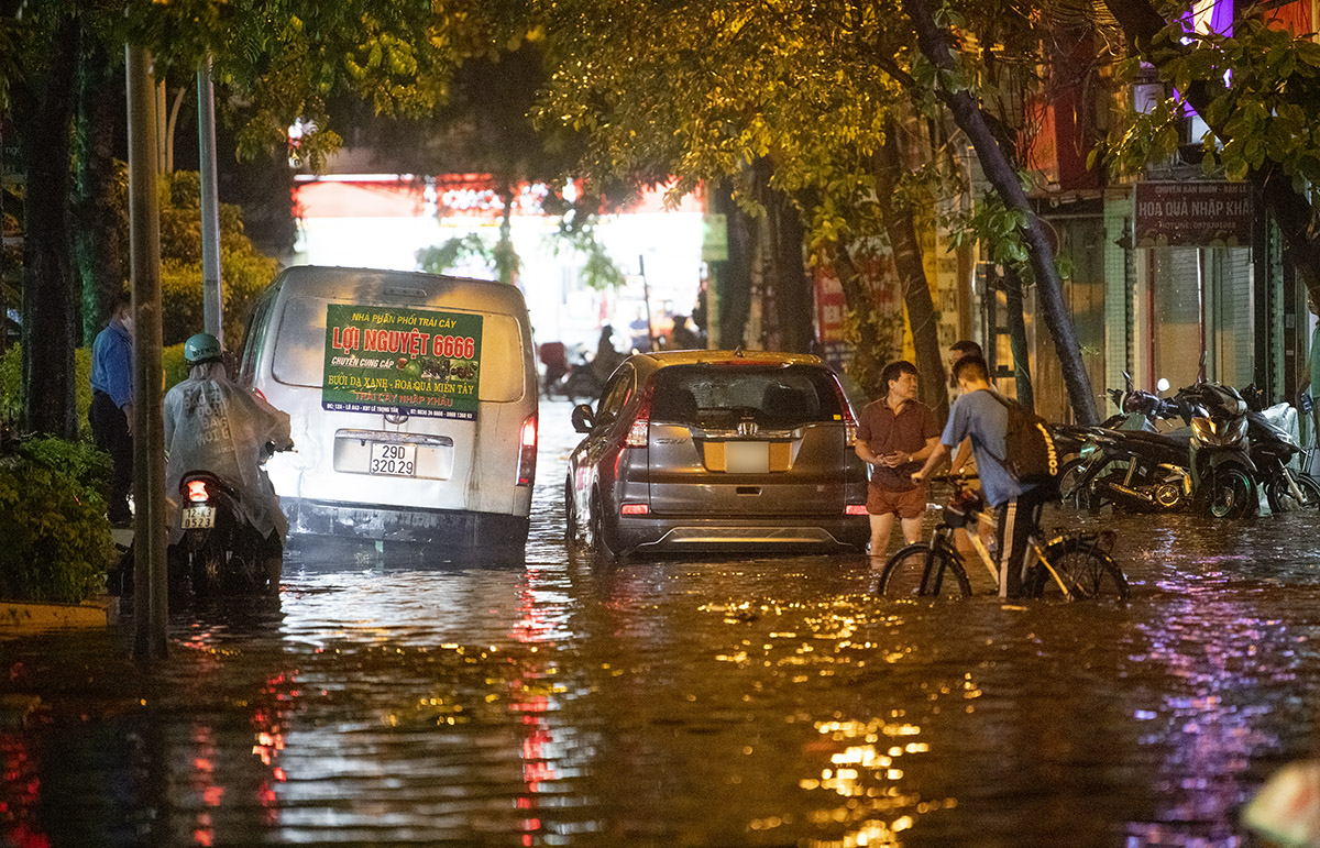 Ảnh: Đường phố Hà Nội ngập như sông sau cơn mưa giải nhiệt - 18