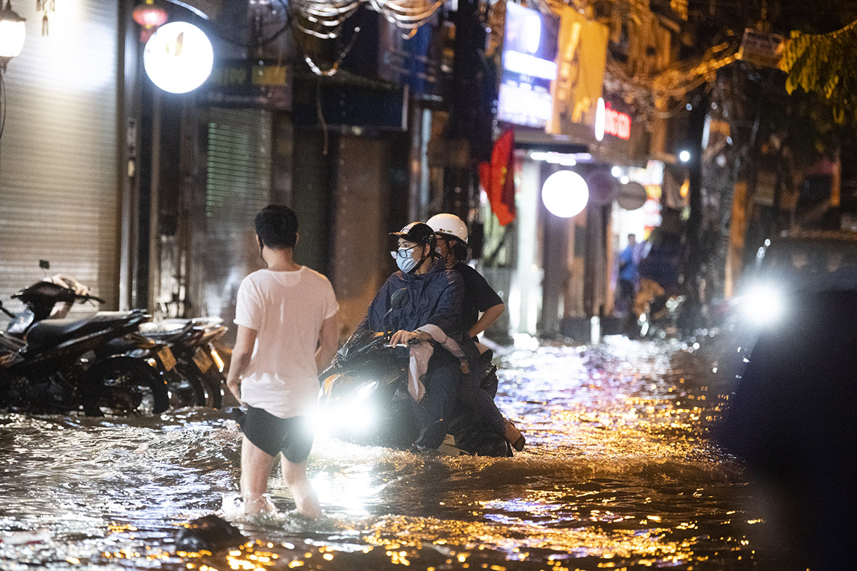Ảnh: Đường phố Hà Nội ngập như sông sau cơn mưa giải nhiệt - 2