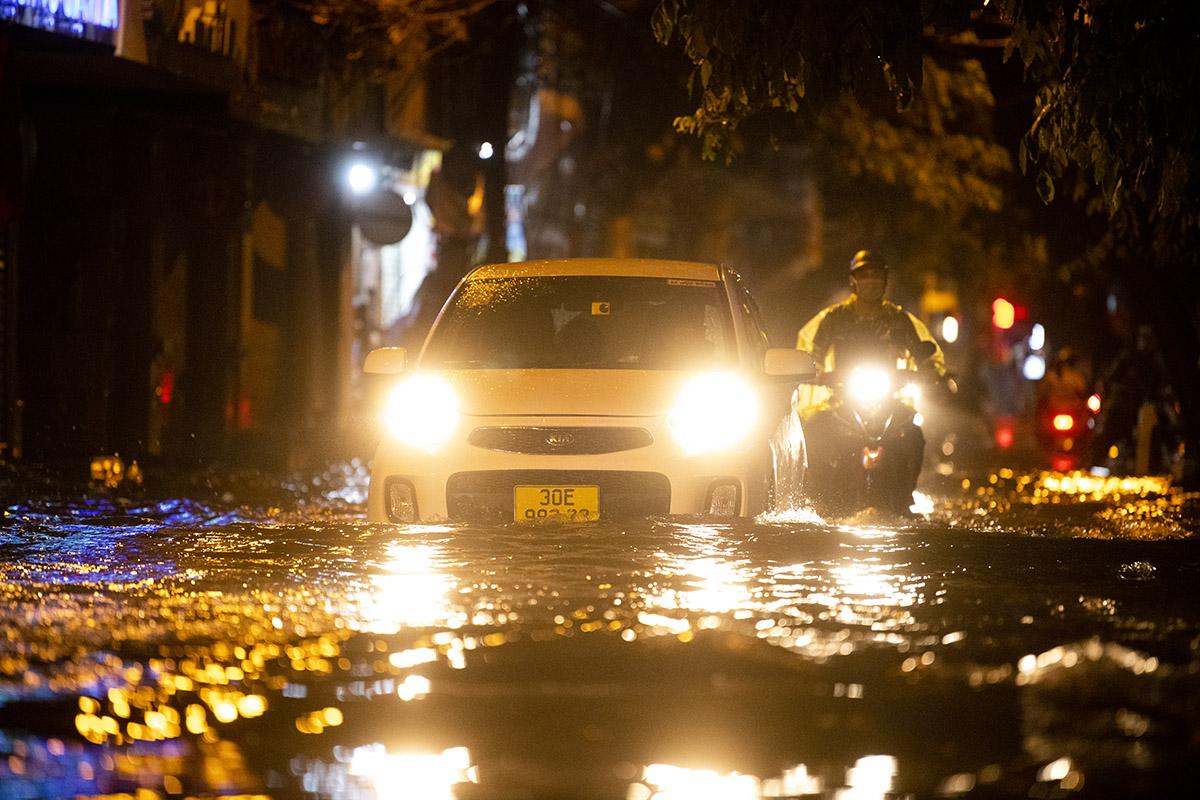 Ảnh: Đường phố Hà Nội ngập như sông sau cơn mưa giải nhiệt - 4