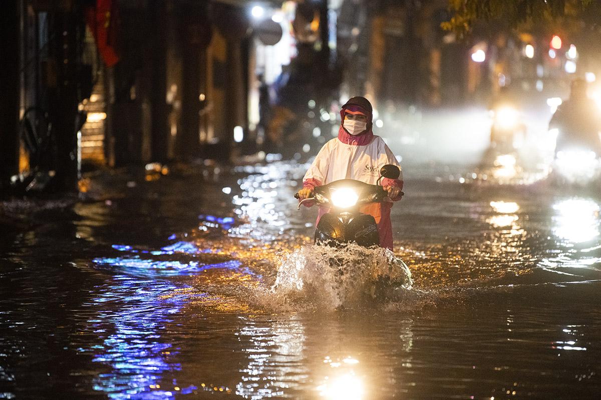 Ảnh: Đường phố Hà Nội ngập như sông sau cơn mưa giải nhiệt - 5