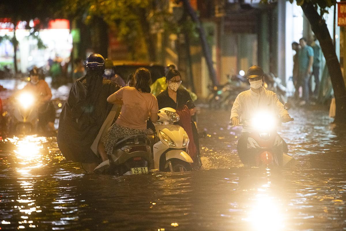 Ảnh: Đường phố Hà Nội ngập như sông sau cơn mưa giải nhiệt - 6