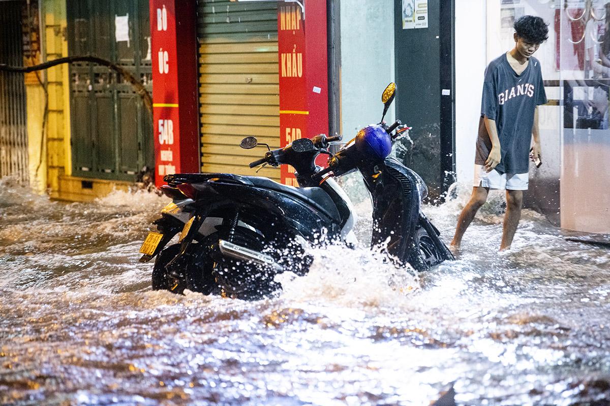 Ảnh: Đường phố Hà Nội ngập như sông sau cơn mưa giải nhiệt - 8