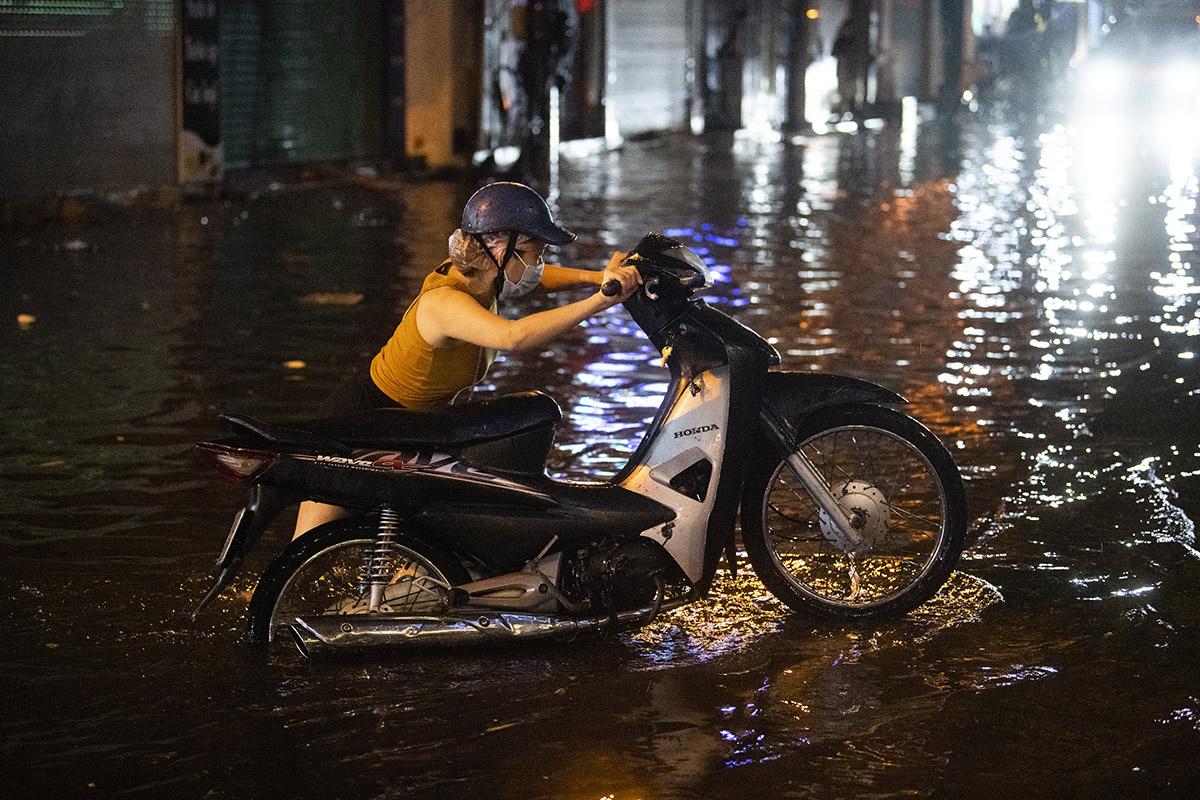 Ảnh: Đường phố Hà Nội ngập như sông sau cơn mưa giải nhiệt - 9