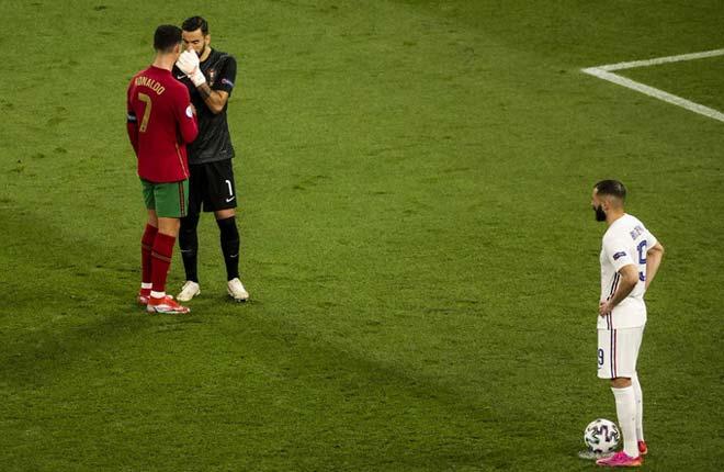 """Thủ môn Bồ Đào Nha <span class='marker'>bào chữa</span> lời Ronaldo """"mách nước"""" bắt 11m gây <span class='marker'>rộng rãi</span> hệ lụy - 1"""
