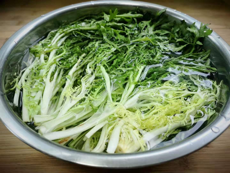 """Loại rau rẻ bèo ngoài chợ không chỉ là """"thần dược"""" giải độc gan còn làm salad cực ngon - 3"""