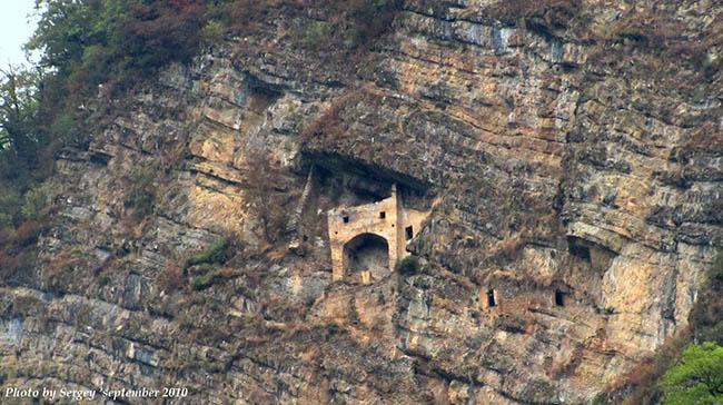 """""""Lâu đài cổ tích"""" bí ẩn được chạm khắc vào vách đá thẳng đứng - 2"""