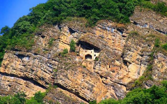 """""""Lâu đài cổ tích"""" bí ẩn được chạm khắc vào vách đá thẳng đứng - 4"""