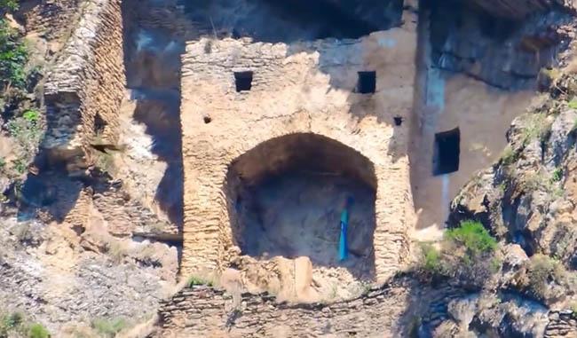 """""""Lâu đài cổ tích"""" bí ẩn được chạm khắc vào vách đá thẳng đứng - 5"""