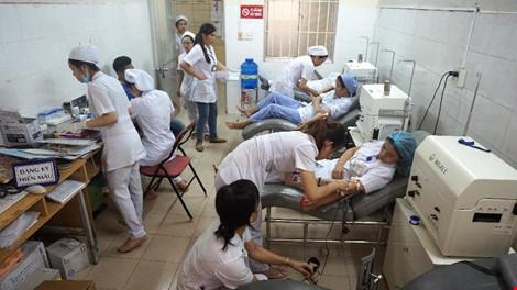 Nhân viên bệnh viện hiến máu cứu sản phụ qua cơn nguy kịch - hình ảnh 1