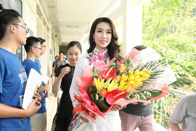 Hoa hậu Mỹ Linh về thăm thầy cô ĐH Ngoại Thương - hình ảnh 3