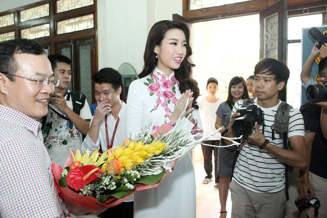 Hoa hậu Mỹ Linh về thăm thầy cô ĐH Ngoại Thương - hình ảnh 4