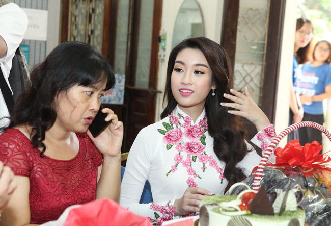 Hoa hậu Mỹ Linh về thăm thầy cô ĐH Ngoại Thương - hình ảnh 6