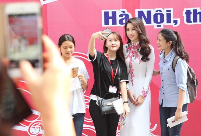 Hoa hậu Mỹ Linh về thăm thầy cô ĐH Ngoại Thương - hình ảnh 9