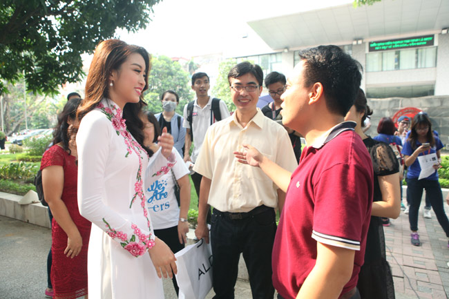 Hoa hậu Mỹ Linh về thăm thầy cô ĐH Ngoại Thương - hình ảnh 8