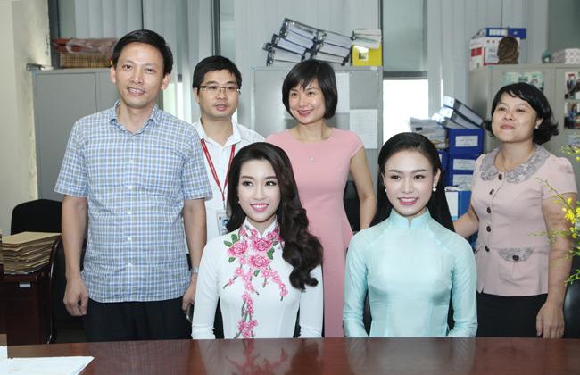 Hoa hậu Mỹ Linh về thăm thầy cô ĐH Ngoại Thương - hình ảnh 7