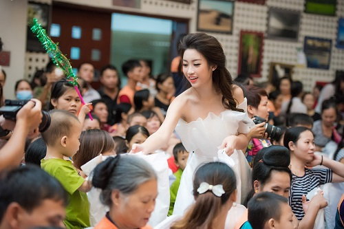 Hoa hậu Mỹ Linh sắm vai chị Hằng yêu thương bệnh nhi - hình ảnh 3