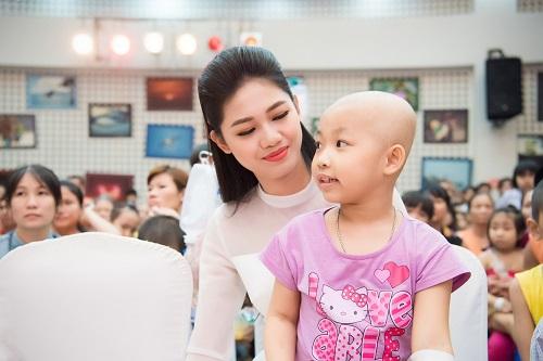Hoa hậu Mỹ Linh sắm vai chị Hằng yêu thương bệnh nhi - hình ảnh 4