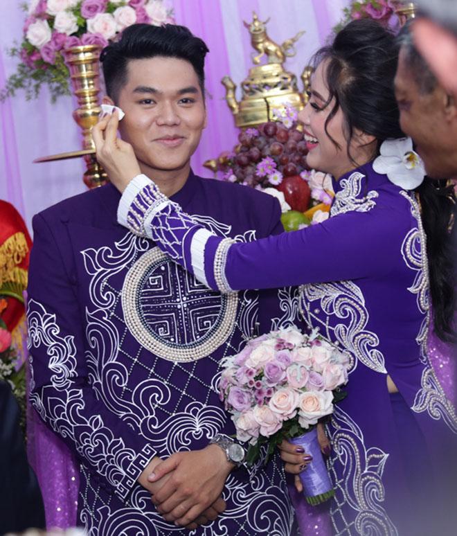 Lê Phương thẹn thùng được chồng trẻ hôn tại lễ cưới - hình ảnh 5