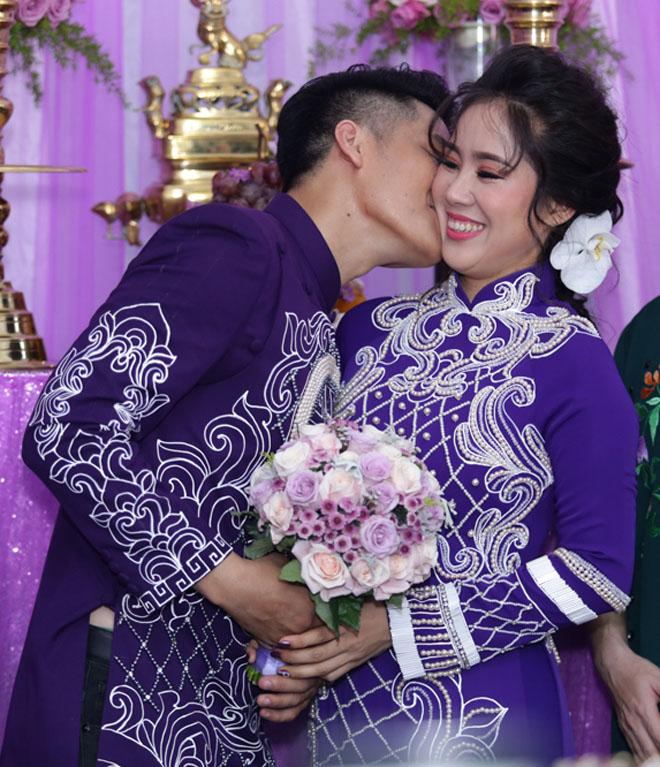 Lê Phương thẹn thùng được chồng trẻ hôn tại lễ cưới - hình ảnh 7