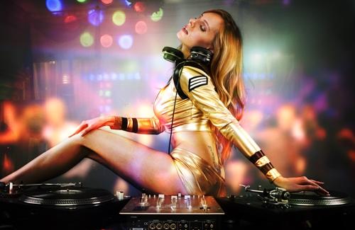 """Mày râu """"đứng ngồi không yên"""" vì 5 nàng DJ sexy nhất thế giới - hình ảnh 1"""