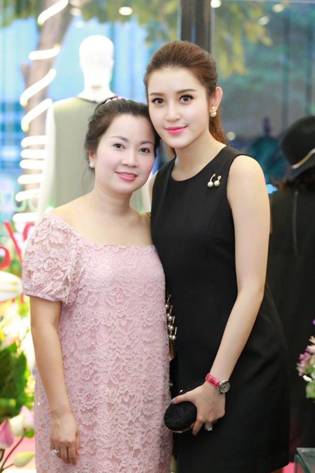 """Những bà mẹ """"đẹp như hoa hậu"""" trong showbiz Việt - hình ảnh 9"""