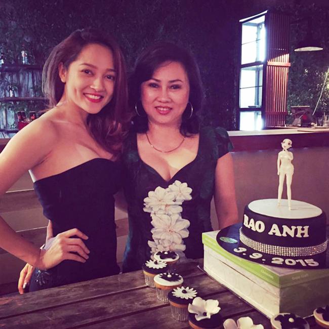 """Những bà mẹ """"đẹp như hoa hậu"""" trong showbiz Việt - hình ảnh 19"""