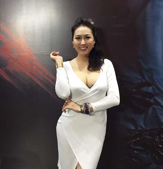 """Phi Thanh Vân mặc kín mít vẫn cực sexy với vòng một """"khủng"""" - hình ảnh 4"""