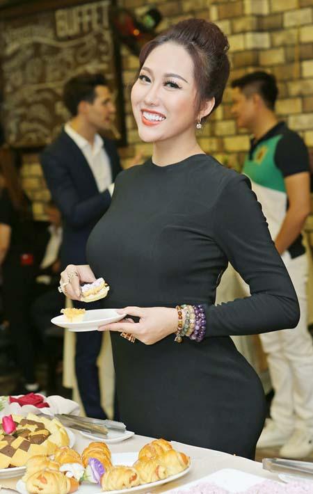 """Phi Thanh Vân mặc kín mít vẫn cực sexy với vòng một """"khủng"""" - hình ảnh 1"""