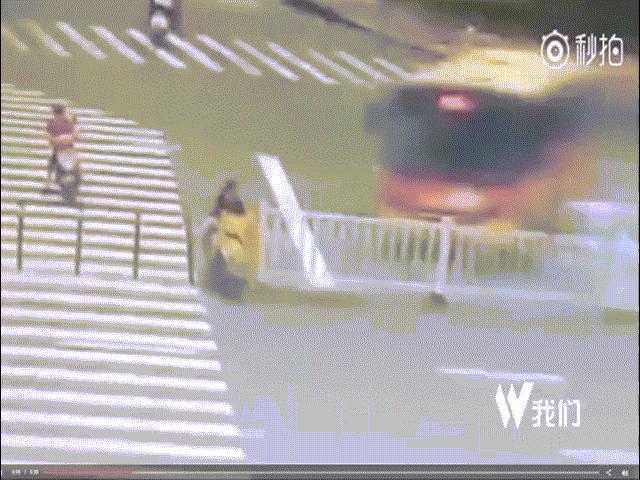 TQ: Sống sót thần kỳ sau khi bị xe bus, xe tải đâm liên tiếp