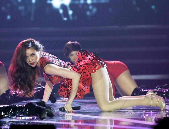 Càng yêu nồng nhiệt, mỹ nhân Việt càng sexy trên sân khấu - hình ảnh 15