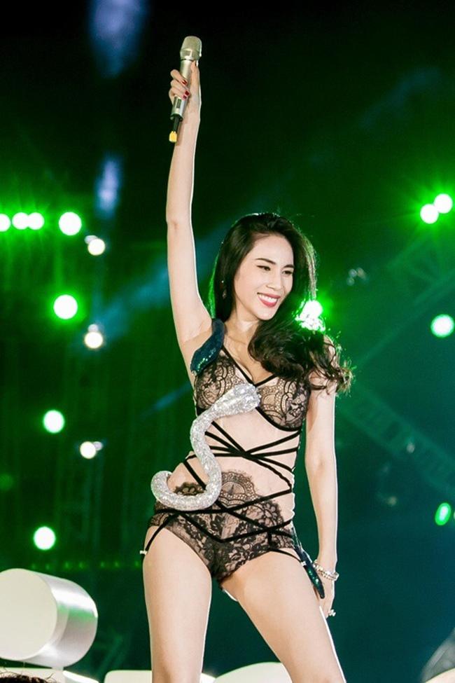 Càng yêu nồng nhiệt, mỹ nhân Việt càng sexy trên sân khấu - hình ảnh 18