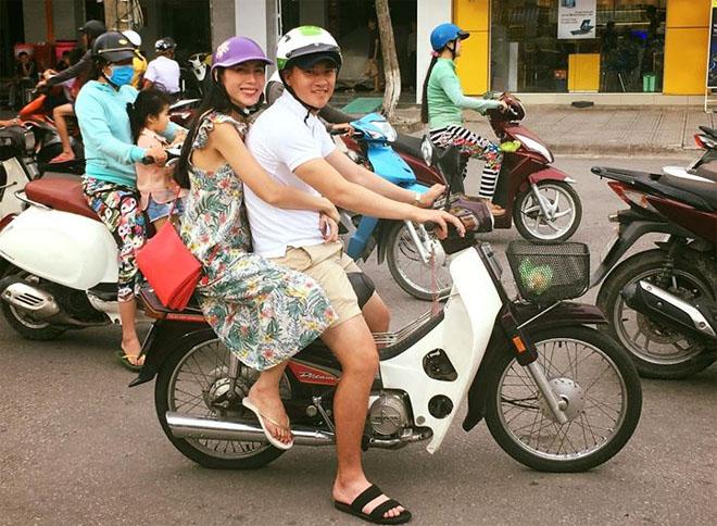 Vợ chồng Thủy Tiên chạy xe máy, mang dép lê về quê làm từ thiện - hình ảnh 1