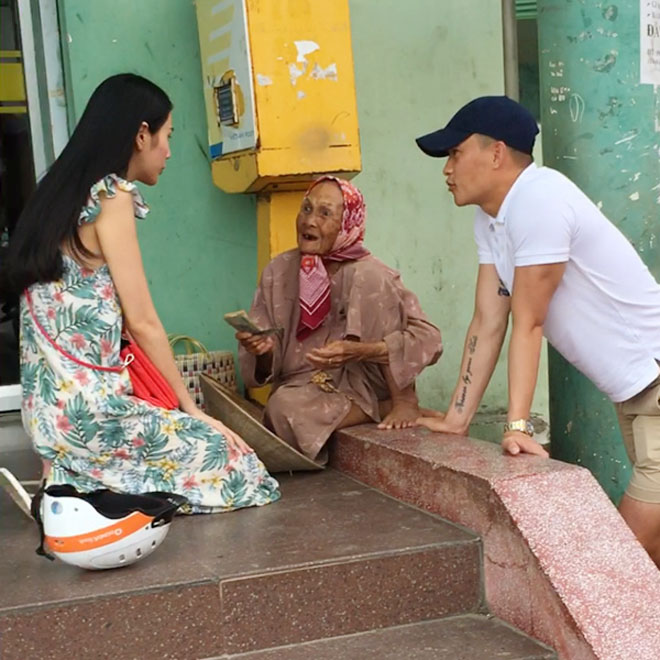 Vợ chồng Thủy Tiên chạy xe máy, mang dép lê về quê làm từ thiện - hình ảnh 3
