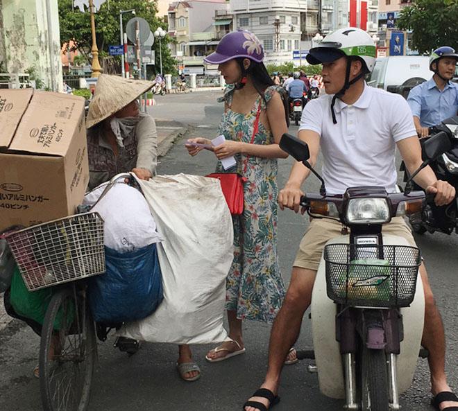 Vợ chồng Thủy Tiên chạy xe máy, mang dép lê về quê làm từ thiện - hình ảnh 4