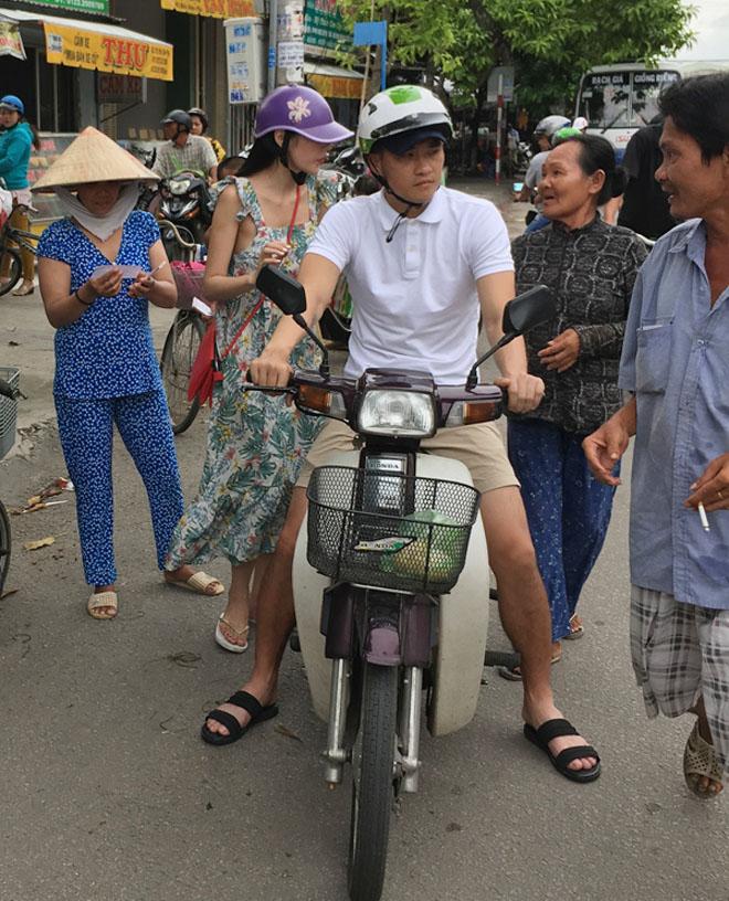 Vợ chồng Thủy Tiên chạy xe máy, mang dép lê về quê làm từ thiện - hình ảnh 5